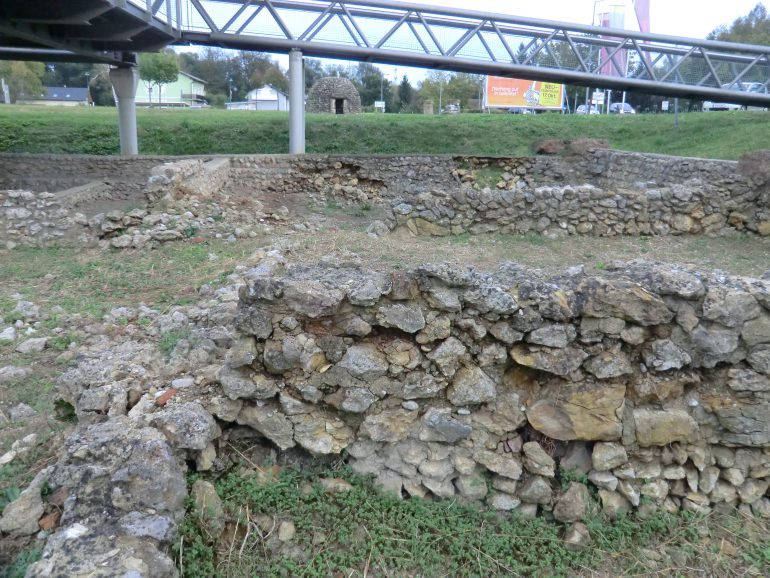 Die schwer beschädigten Mauern der Insula XXII-Ost von Flavia Solva, Aufnahme aus dem Jahr 2011, Foto: UMJ