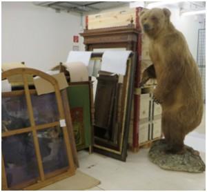 Abbildung 3: Gemälde, Zierrahmen, Bärenpräparate … unterschiedlichste Materialen wurden behandelt. Foto: UMJ