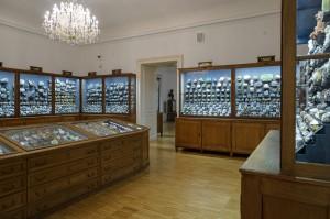 Die historische internationale Mineralsystematik im Naturkundemuseum, die in jenen Originalvitrinen ausgestellt ist, die Erzherzog Johann aus Schloss Schönbrunn mitgebracht hat. Foto: UMJ