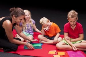 Astrid Bernhard bei dem, was sie am Liebsten macht: Mit Kindern arbeiten; Foto: UMJ