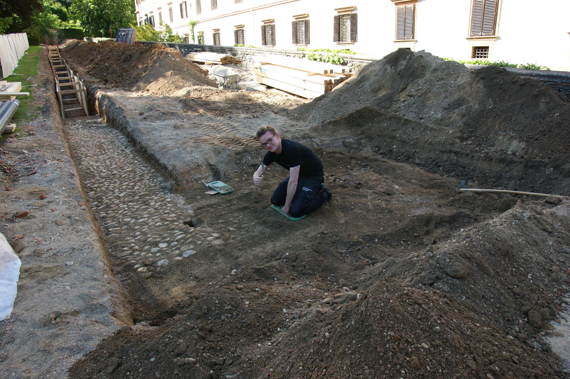 Manchmal steckt man bis zu den Knien in Geschichte. Hier bei der Entdeckung des barocken Gartenpflasters, Foto: UMJ