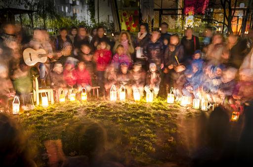 Das Laternenfest in einem Kindergarten in Österreich. Langzeitbelichtung