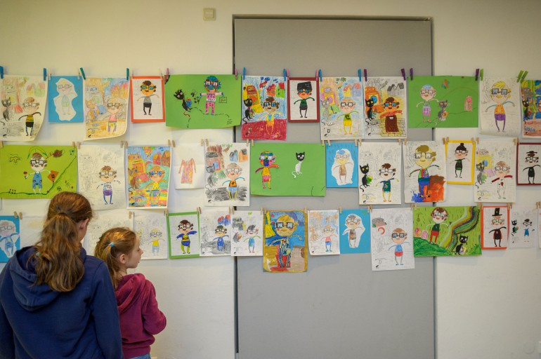Alle Zeichnungen der Jungdesignerinnen und Jungdesigner sind bis 30. November im Foyer des Volkskundemuseums zu bewundern; Foto: N. Lackner