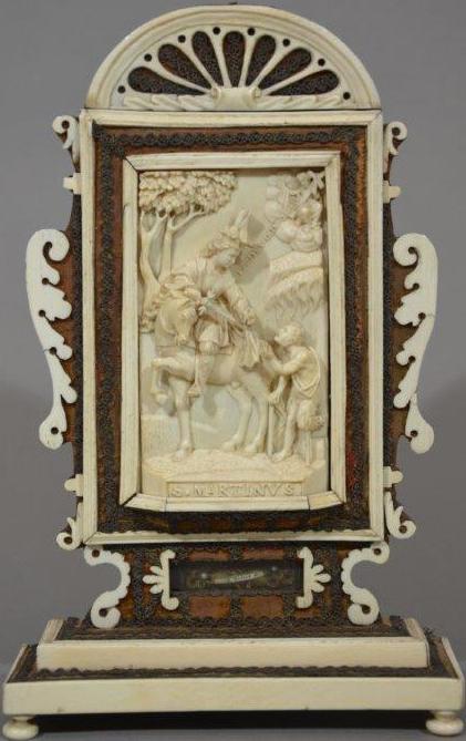 Reliquiar mit Elfenbeinaufsatz, Süddeutschland, um 1650. Inv.Nr. 11407. Dargestellt ist die Szene der Mantelspende. Rechts oben ist Christus mit Kreuz und Mantel. Foto: Valentin Delic