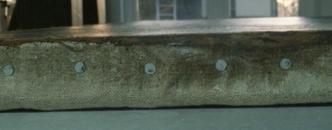 Am Umschlag sieht man die originale und die neue Leinwand. Die Aufnagelung erfolgte mit verzinkten Spannnägeln. Foto: P.-B. Eipper