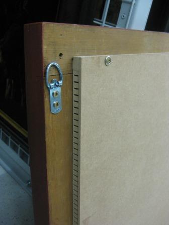 Gereinigtes parkettiertes Holztafelgemälde. Die über den Zierrahmen überstehende Parkettierung wird durch Leisten, auf welche eine MDF-Platte aufgeschraubt ist, überbrückt. Diese Variante kann in nicht klimatisierten Räumen sinnvoller sein. Foto: P.-B. Eipper