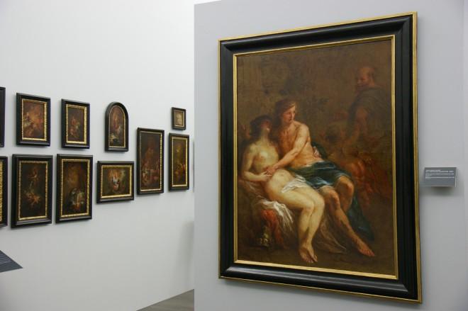 Der Blick in Raum 21 mit Gemälden vom Kremser Schmidt (1718–1801): links die Bozzetti, rechts Sokrates überrascht Alkibiades mit Timandra.