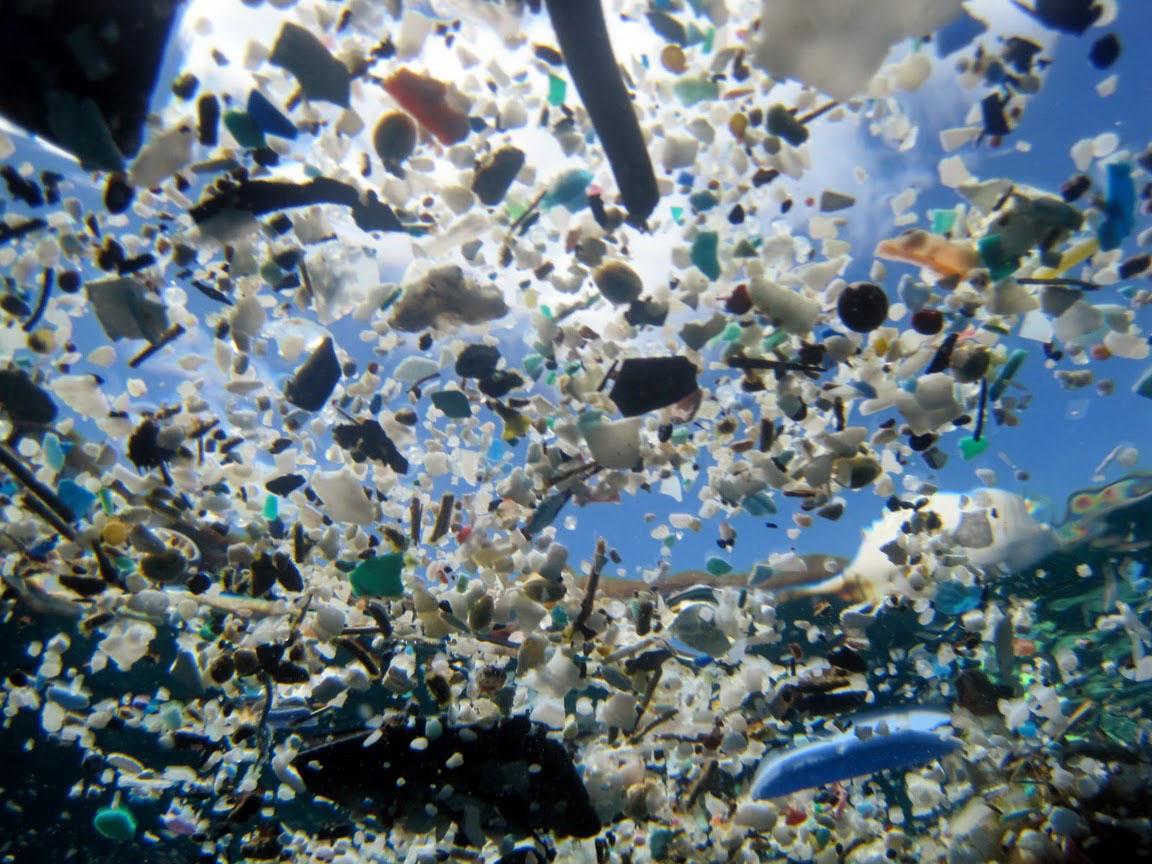 Plastiksuppe, in kleine Stücke aufgebrochene Plastikteile, Foto: © NOAA/PIFSC