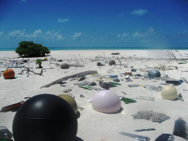 Plastikmüll am Strand, Papahanaumokuakea Marine National Monument, 2006, Foto: © Paulo Maurin/NOAA