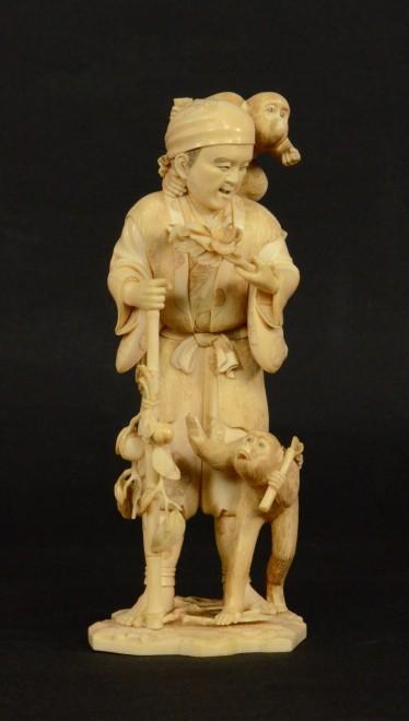 Gaukler (sarumawashi) mit Affen, Elfenbeinarbeit (okimono), Japan, Meiji-Periode, 2. Hälfte 19. Jahrhundert, KHS, Inv.-Nr. 19480, Foto: Universalmuseum Joanneum/V. Delic