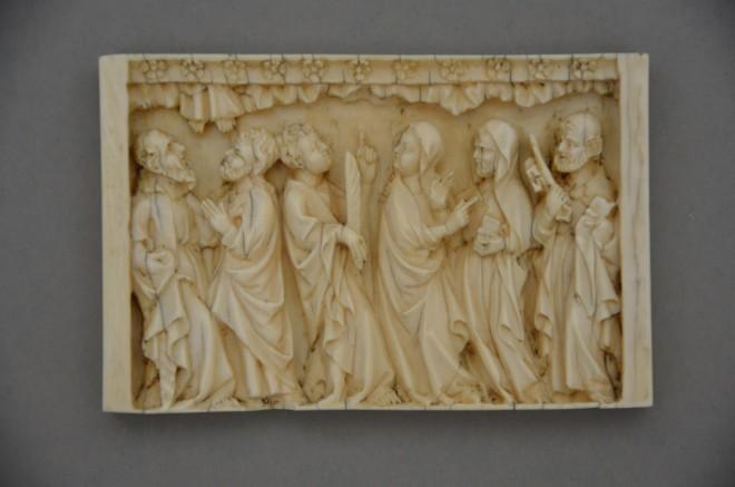 KHS, Inv.-Nr. 914, Ankunft der Apostel in Jerusalem, Fragment eines Diptychons, Elfenbein, Reste von Bemalung, Paris oder Rheinland, Anfang 14. Jahrhundert.