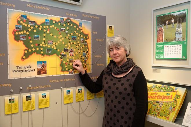 Dr. Eva Kreissl beim Steiermark-Spiel in der Ausstellung