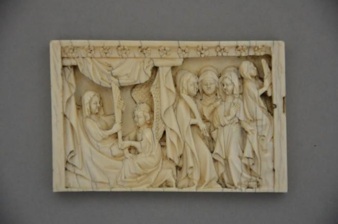 KHS, Inv.-Nr. 913, Ein Engel kündigt Maria den Tod an, Gebet Mariens, Fragment eines Diptychons, Elfenbein, Reste von Bemalung, Paris oder Rheinland, Anfang 14. Jahrhundert.