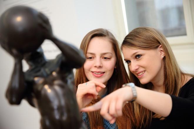 Besuch in der Neuen Galerie Graz: Da konnte ich auch schon zu vielen Objekten etwas erzählen. Foto: J. J. Kucek