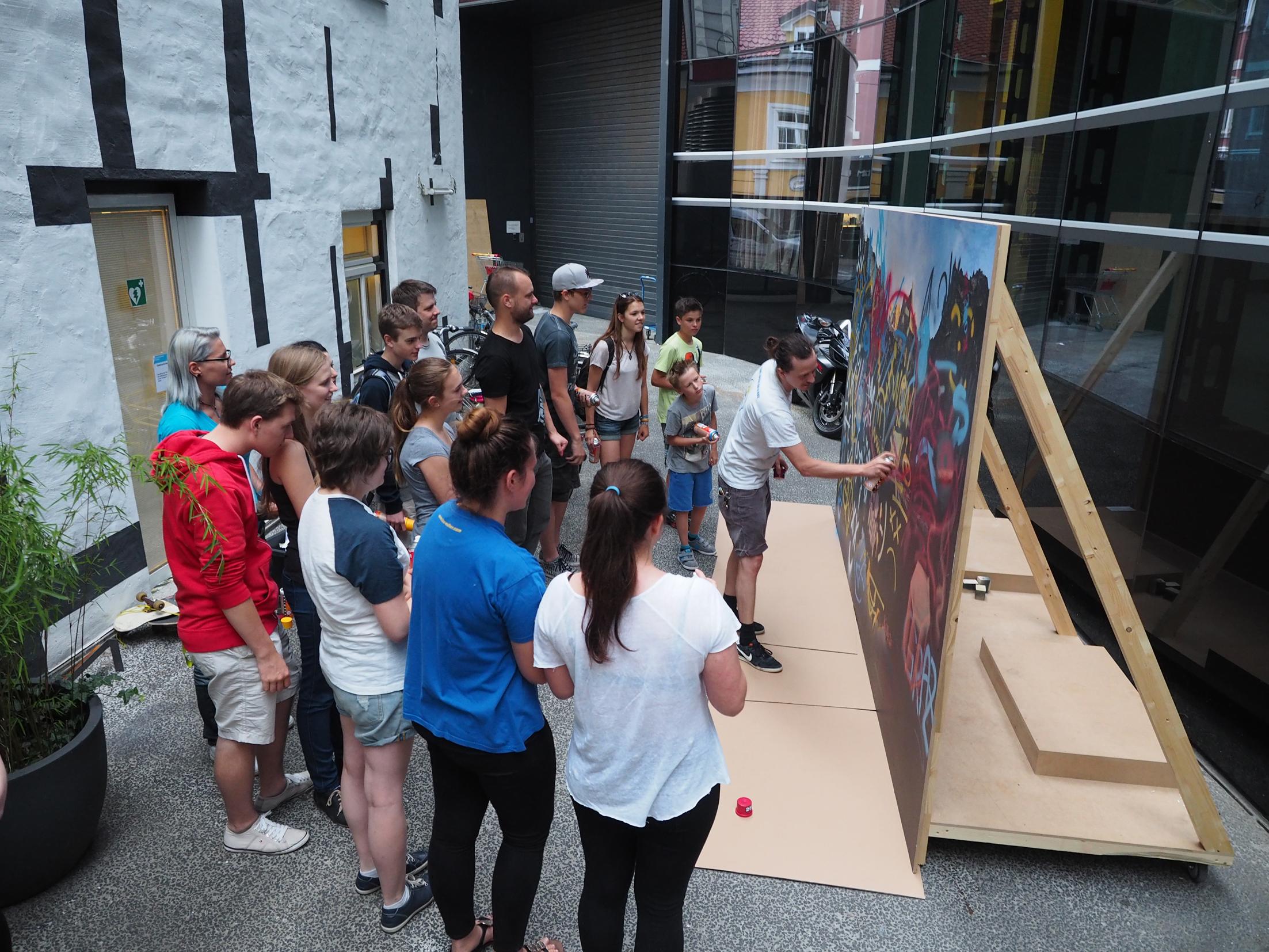Die Jugendlichen und Gernot Passath beim Workshop, Foto: Universalmuseum Joanneum
