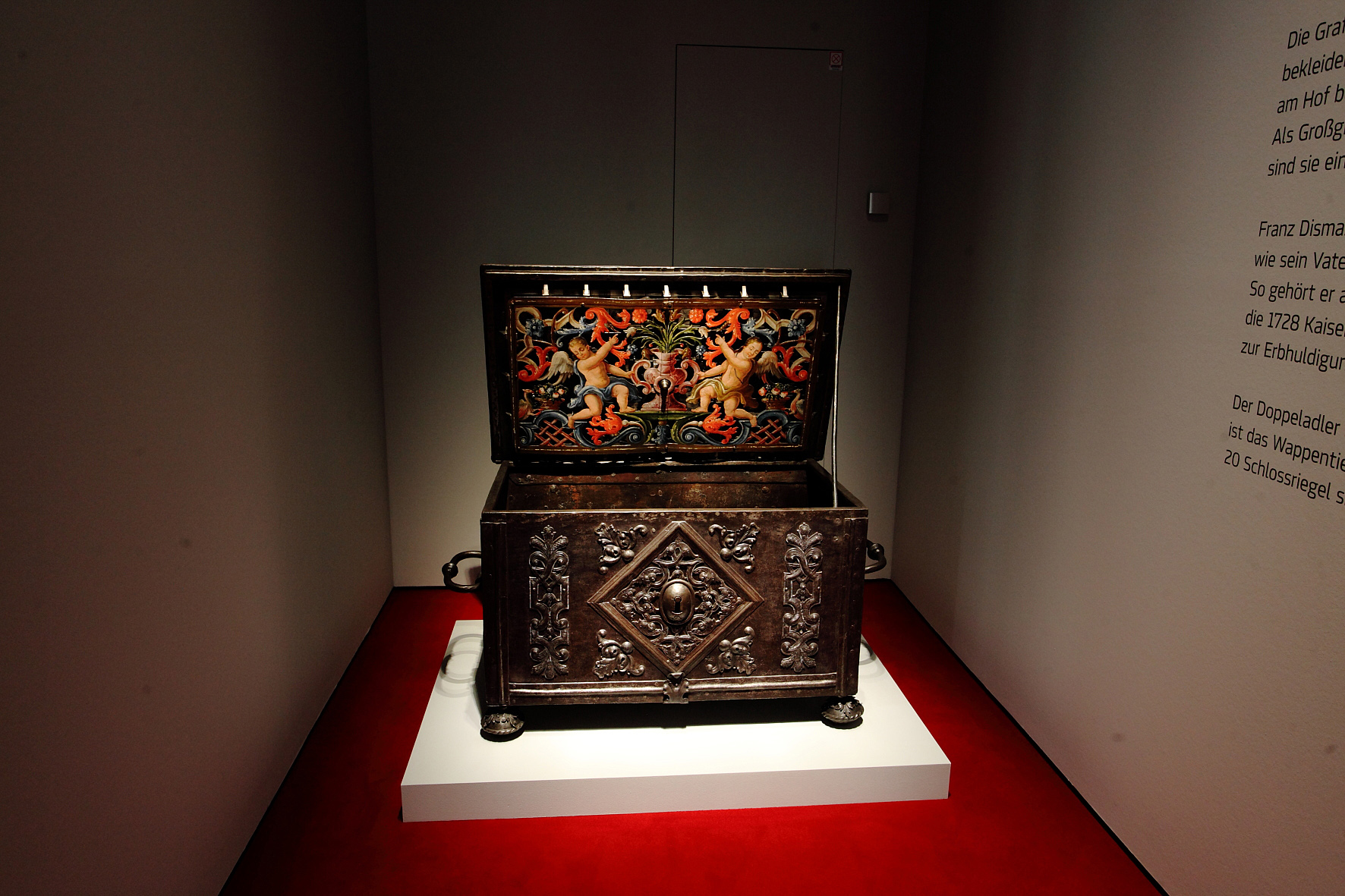 """Die Kulturhistorische Sammlung wird oftmals auch die """"Schatzkammer der Steiermark"""" genannt"""". Foto: N. Lackner [Objekt: Geldtruhe des Franz Dismas Graf von Attems, Steiermark, 1733]"""