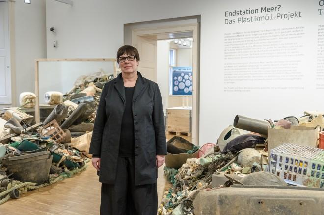 """Kuratorin Angeli Sachs in der Ausstellung """"Endstation Meer"""", Foto: Universalmuseum Joanneum/N. Lackner"""