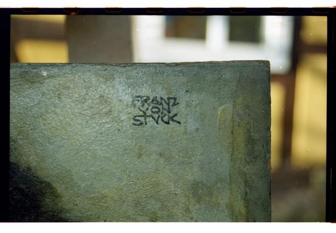 """Signatur aus """"Triton und Najade"""", Franz von Stuck, nach 1906, Öl auf Pappe, 51 x 40,5 cm, Privatbesitz, Detail: Signatur, Foto: Universalmuseum Joanneum/A. Fink"""