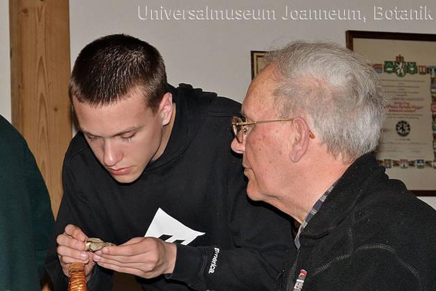 Die beiden Pilzexperten Gernot Friebes (links) und Harald Kahr im Fachgespräch; Foto: M. Friebes
