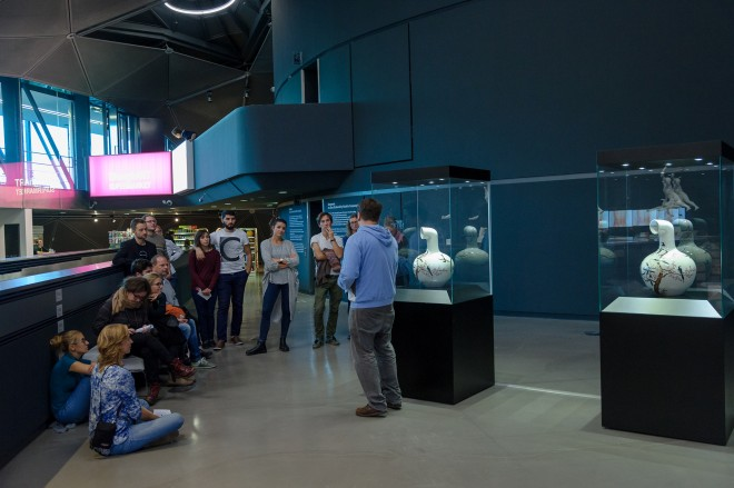 """Studierende bei einer Führung in der Ausstellung """"Corporate"""", Foto: Universalmuseum Joanneum/N. Lackner"""