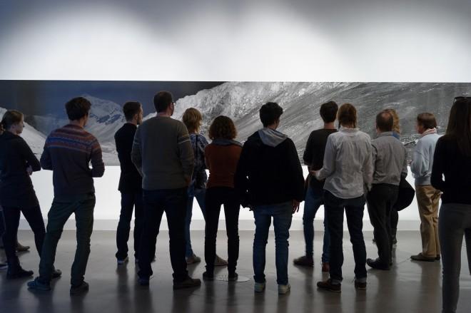"""Die Studierenden vor dem """"Mount Everest"""", Foto: Universalmuseum Joanneum/N. Lackner"""