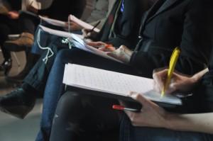 Beim Schreibworkshop im Kunsthaus Graz wurde nicht nur theoretisiert sondern auch gleich praktiziert! Foto: UMJ/R. Buchgraber