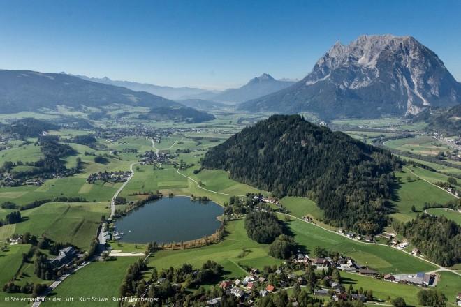 Aigen, Blick ins Ennstal Richtung Westen mit Kulm und Grimming Foto: © Steiermark aus der Luft: Kurt Stüwe, Ruedi Homberger