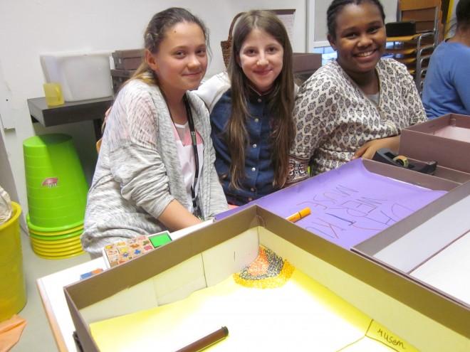 Die Schülerinnen mit ihren 'Schuhschachtelmuseen', Foto: Universalmuseum Joanneum/A. Niegelhell