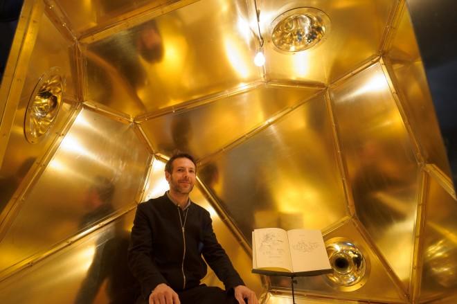 Constantin Luser im Zentrum der Ausstellung - dem Akkumulator - mit seinem Tagebuch, Foto: Universalmuseum Joanneum/N. Lackner