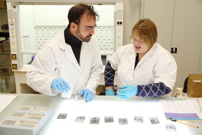 Die Restauratoren Jorge Sepulveda Herreros und Fenna Yola Tykwer bei der Durchsicht von Fotonegativen (Foto: Max Wegscheidler)