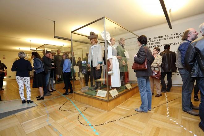 Die Besucher/innen der Intervention folgten den fünf Wegen bei der Eröffnung am letzten Freitag, Foto: Universalmuseum Joanneum/J.J. Kucek