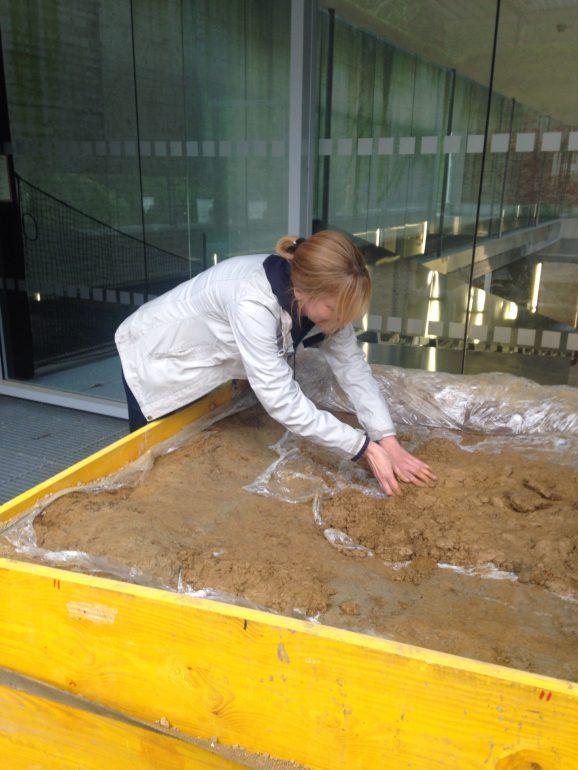 Restauratorin Nina Heyer bei der Freilegung des Grabes