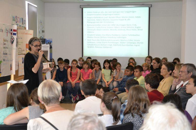 """Die Kinder der Volksschule Schönau präsentieren ihre """"Lebensbücher"""", Foto: Universalmuseum Joanneum"""
