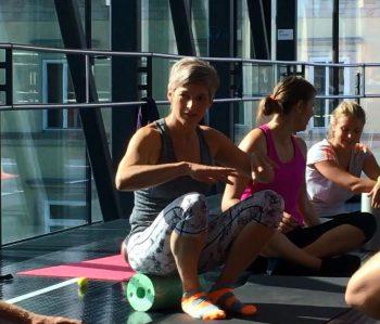 Elisabeth Kenda erklärt das Training mit der Faszienrolle