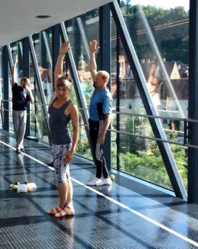 Elisabeth Kenda erklärt die Faszien-Übungen, Foto: Universalmuseum Joanneum