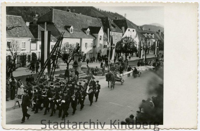 Unbekannter Fotograf, Maibaumaufstellen mit der Werkskapelle Kindberg, um 1950.