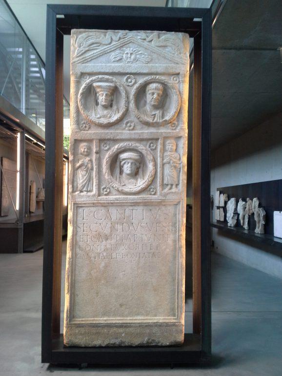 Grabstele des L. Cantius Secundus, Graz- St. Leonhard, Marmor aus Gummern, 1. Jh. n. Chr. Archäologiemuseum Schloss Eggenberg, Lap.-Nr. 155, Foto: Angelika Schön