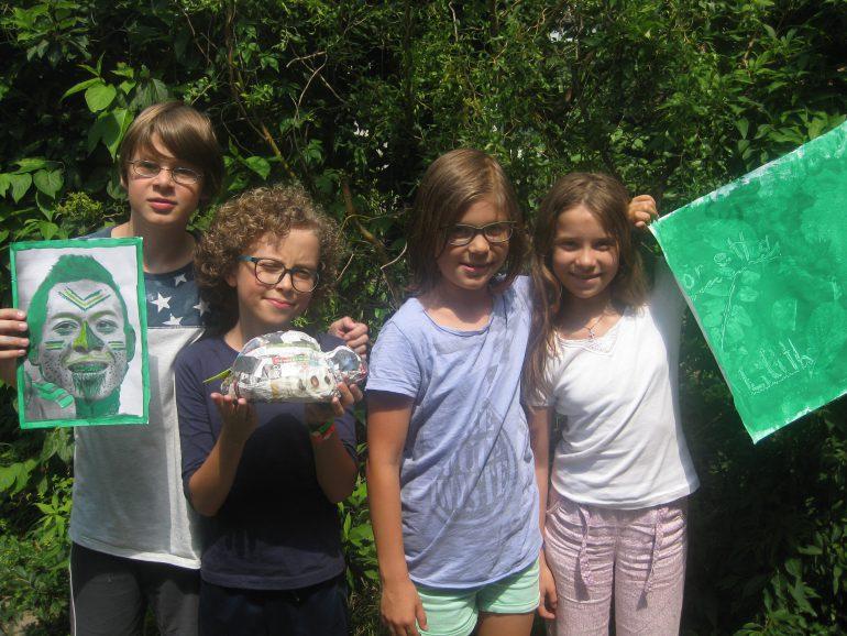 Unsere Kinder-Reporter/innen David, Alek, Lilith und Elena (v. l. n. r.) präsentieren ihre künstlerischen Werke.