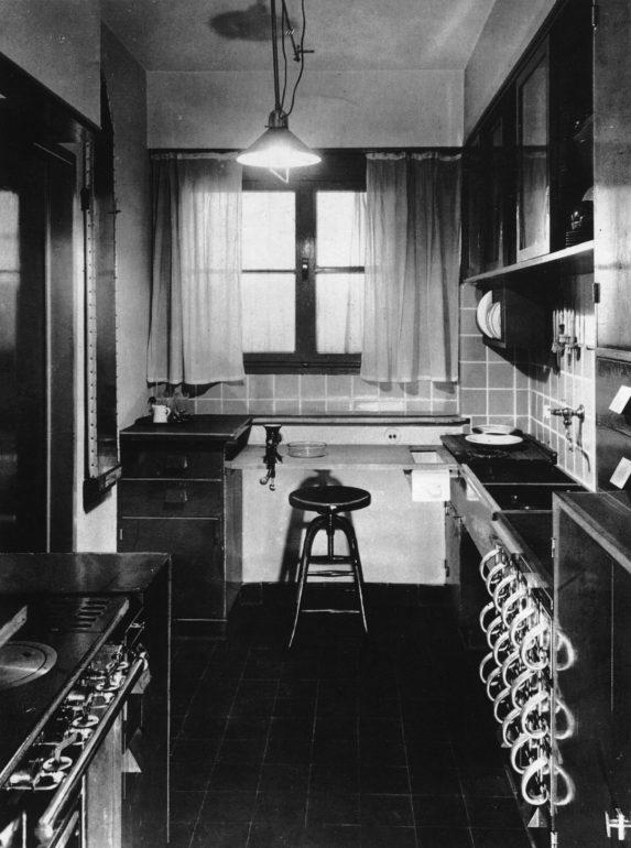 """Eine """"Frankfurter Küche"""" in einer historischen Aufnahme, Abbildung © Zeitschrift """"Das neue Frankfurt"""", 5/1926-1926."""