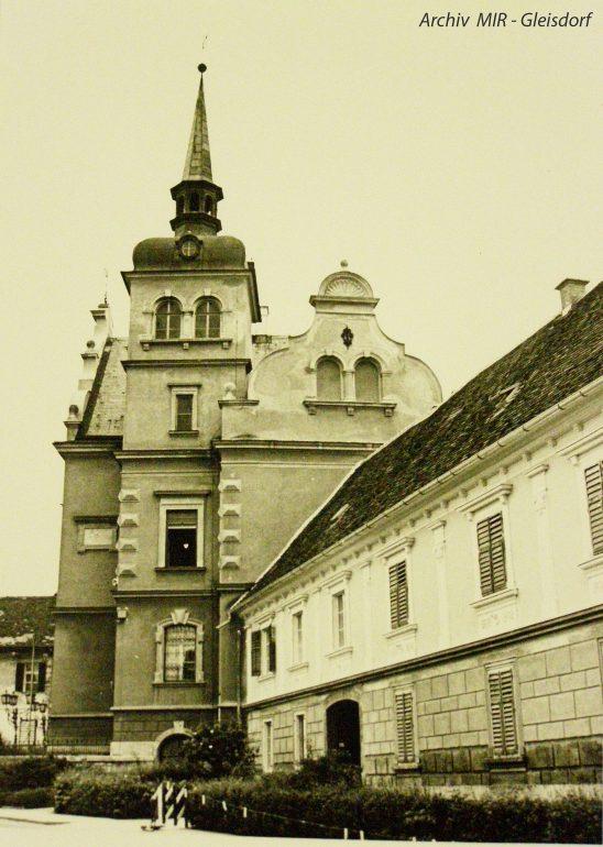 """Foto: unbekannter Fotograf, Rathaus in Gleisdorf mit angebautem """"Josefshaus"""", undatiert;"""