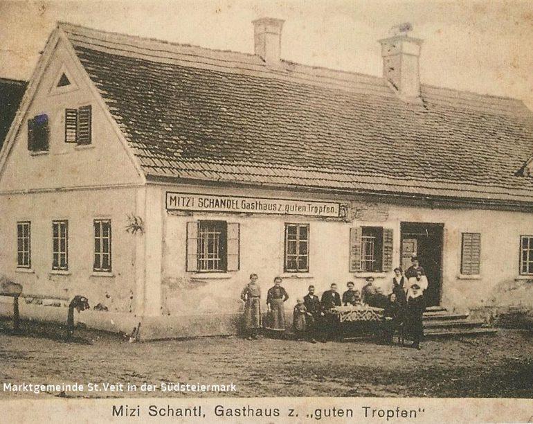 """Foto: Ausschnitt einer Postkarte (vom Gasthaus verlegt), unbekannter Fotograf, Gasthaus zum """"guten Tropfen"""" in Priebing bei Weinburg am Saßbach (heute Wirtshaus zu Reblaus), um 1920;"""