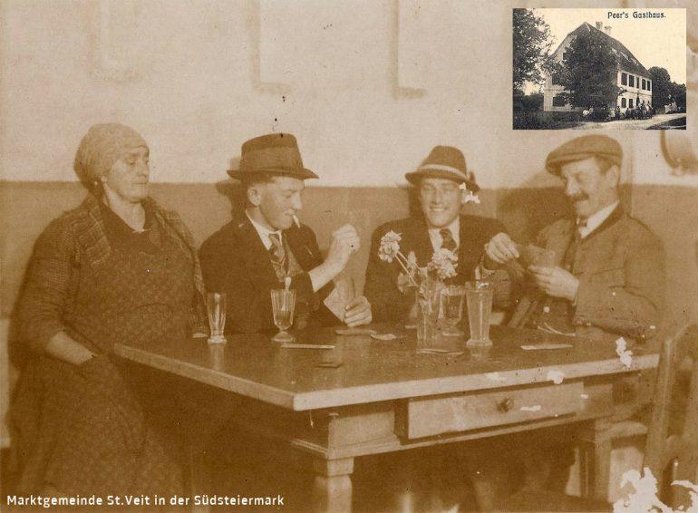 Foto: Privataufnahme, Kartenrunde um Gastwirt Franz Peer in Weinburg am Saßbach (Der Traditiongsathof wurden in 1980er Jahren abgerissen), um 1930;