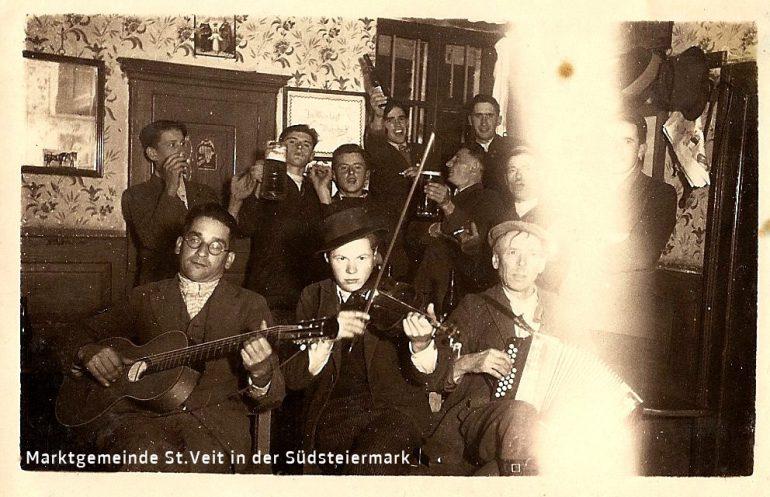 """Foto: Privataufnahme, Weinburger Dorfburchen """"feiern"""" vor dem """"Einrücken"""" in Franz Peer's Gasthof, um 1940;"""