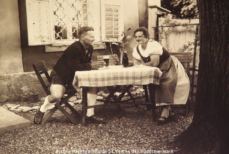 Foto: unbekannter Fotograf, Szene im Gastgarten des Gasthofs Frisch (siehe Titelbild) in St. Veit am Vogau, um 1940