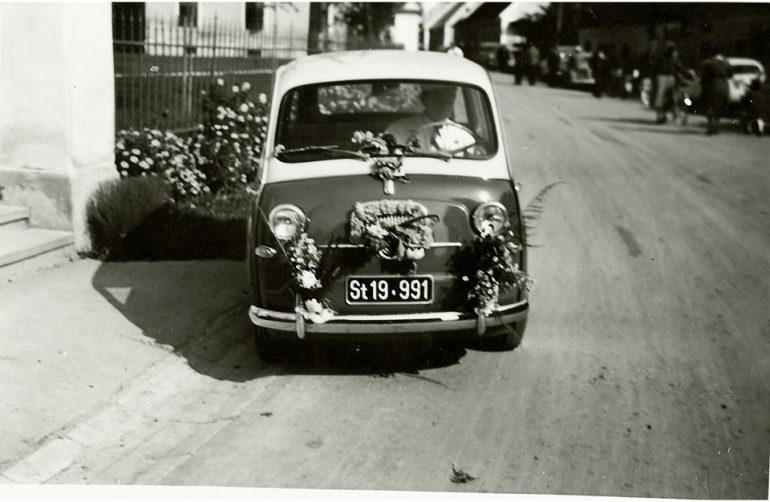 """Foto: unbekannter Fotograf, """"Tortenflitzer"""" (Fiat Multipla) des Konditormeisters Sepp Kaiser zur Mehlspeisenzustellung, 1958"""