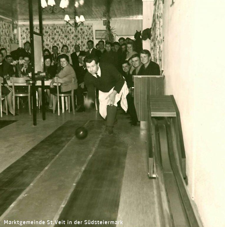 Foto: unbekannter Fotograf, Kegelbahneröffnung im Cafe Kaiser, 1966