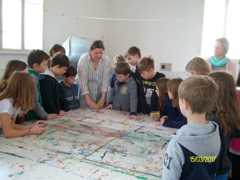 Schüler/innen der VS Mariazell mit Romana Schwarzenberger bei der Arbeit im Atelier der Neuen Galerie, Foto: Uschi Klöpfer