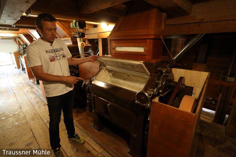Mühlenbesitzer Dieter Tatzl erklärt die Verarbeitung
