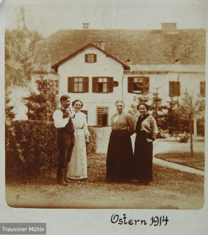 Mühlenbesitzer Franz und Paula Rieckh (li.) auf ihrem Anwesen, Ostern 1914