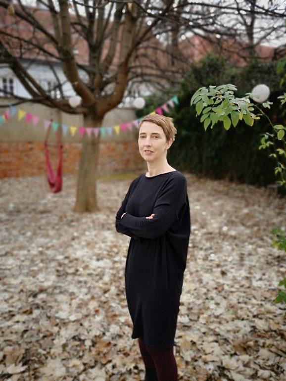 Birgit Johler in einem der Gärten des Volkskundemuseums, auf die noch Großes zukommt.